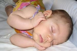 揭秘新生儿睡觉的时候全身在挣扎原因新生儿睡姿的健康异常信号