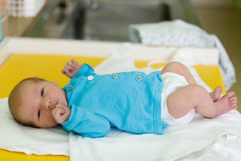 宝宝抱着睡放下就哭怎么办怎么让宝宝睡的好