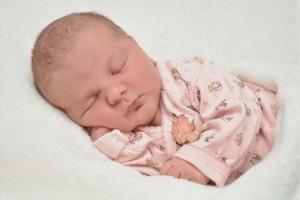 新生儿不哭不闹爱睡觉是不是正常的呢如何才能够缓解宝宝爱睡觉的情况