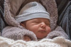新生儿边吃边拉正常吗新生儿的护理常规是什么呢